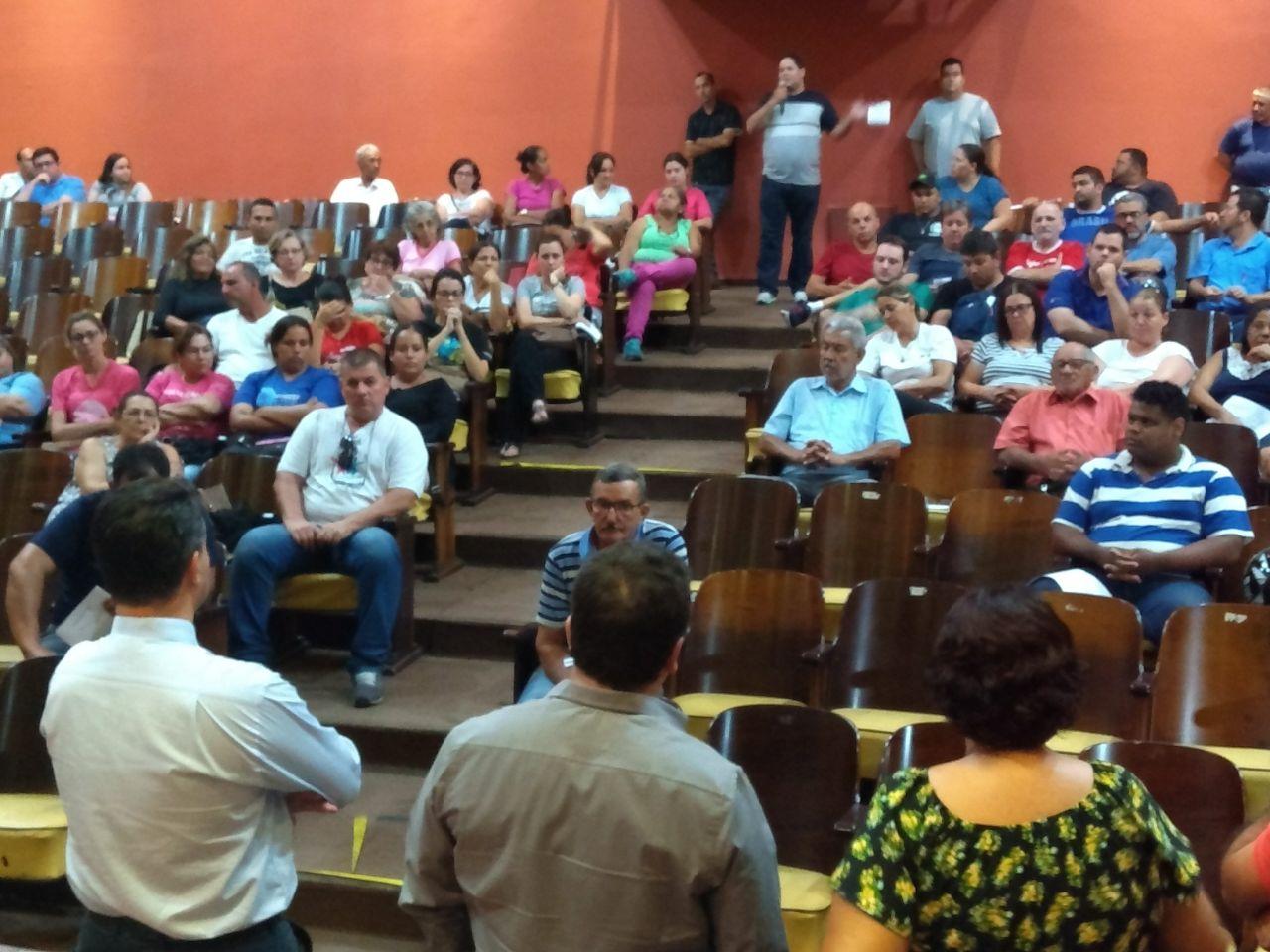 Servidores aprovam manifestação para cobrar direitos trabalhistas da Prefeitura
